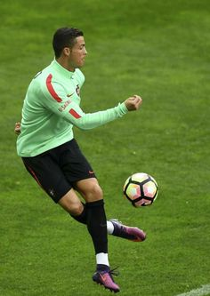 Cristiano Ronaldo and his Portugal team-mates have become the latest side to take up the mannequin challenge sweeping the internet. Ronaldo showed off his athletic physique as he posed in white pants. Cristiano Ronaldo Manchester, Cristiano Ronaldo Cr7, Neymar, Real Madrid, World Best Football Player, Football Players, Ronaldo Pictures, Portugal National Football Team, Cr7 Football