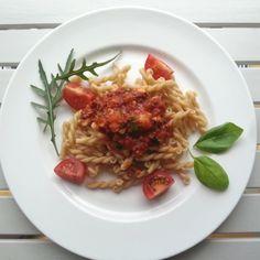 sommerliche vegane Sauce Bolognese mit frischem Gemüse auf Dinkelnudeln