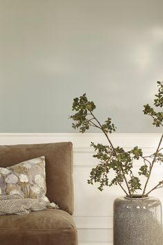 Sølvbånd FR1349, dn dus sølvgrå farge. Fargen oppleves som klar og ren med hint av grønt. Passer fint til andre dempede kulørte farger. #sølvbånd#grey#grå#sølvgrå#ren#dempet#skinn#stol#terrakotta#vase#kvister#stue#livingroom#soverom#bedroom#gang#hall#inspirasjon#inspiration#maling#painting#fargekart#Fargerike#bad#bathroom Decor Interior Design, Interior Decorating, Ikea, Vase, Home Decor, Terracotta, Decoration Home, Ikea Co, Room Decor