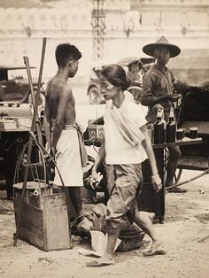 Old Photos, Vintage Photos, Thailand History, Thailand Pictures, Thai Art, Angkor Wat, Photo Postcards, Muay Thai, Old Town
