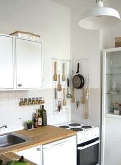 Küche einrichten  kleine küche einrichten schmaler raum offene regale | küchen ...