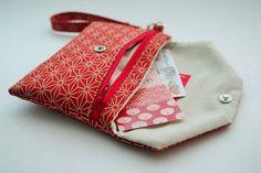 2 en 1 Kimono Pochette molletonné par Le midi Japon - Kimono géométrique Rouge Beige Genre, Sunglasses Case, Coin Purse, Kimono, Couture, Wallet, Purses, Vintage, Mini Bag