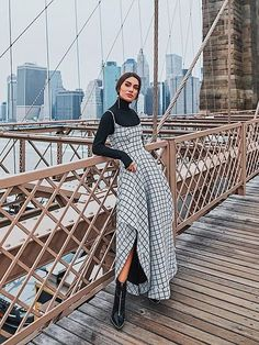 15 Fall Engagement Outfits That You'll Want to Remember Look back at your engagement photos with love and fondness. With the 15 fall engagement photo outfits ahead, you won't have time to cringe. Modest Outfits, Modest Fashion, Chic Outfits, Trendy Outfits, Fall Outfits, High Fashion Outfits, Feminine Fashion, Fashion Night, Autumn Fashion