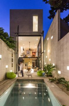 Super modern townhouse with a great pool in the backyard by Taller Estilo Arquitectura.