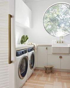Three Birds Renovations: laundry design essentials - The Interiors Addict - - No matter the size of your laundry, no matter your reno budget, here are the hard and fast rules for a successful laundry refurb. From where to locate the laundry if…. Laundry Decor, Laundry Room Design, Laundry In Bathroom, Laundry Rooms, Laundry Area, Laundry Shelves, Laundry Room Organization, Laundry Storage, Organization Hacks