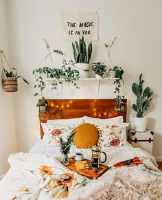 Breakfast in bed please. #stat #bedroomgoals #designtips #MOMme | pic via @jaglever _____________ #houseplant #plants #houseplants…