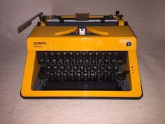 Mechanische Reiseschreibmaschine Olympia Monica portable typewriter orange