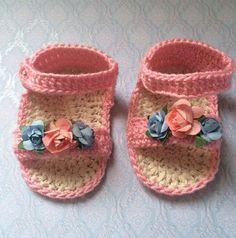 Sandalias crochet niña bebé Sandalias para bebé niña tejidas a mano en ganchillo crochet en rosa con florecitas en azul y rosa. www.lafabricadecucadas.com