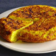 You can never leave Spain without tasting one of the essential elements of Spanish cuisine: the famous tortilla española or Spanish omelette. Spanish Cuisine, Spanish Dishes, Spanish Tapas, Spanish Appetizers, Authentic Spanish Recipes, Spanish Tortilla Recipe, Spanish Omelette, Tapas Party, Brunch