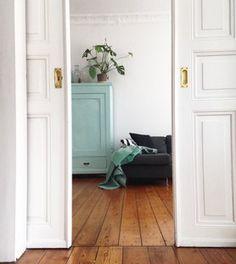 Blick ins Wohnzimmer #altbau #interior #holzdielen #flügeltür #stuck #wohnzimmer #türkis