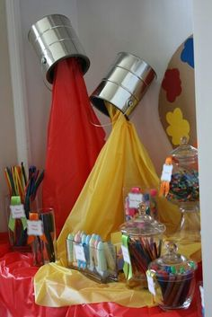 Cool decoration for an art party! - Paintcans and cheap plastic tablecloths, on a stand! an Art party some day? Back To School Party, School Parties, Kunst Party, Vitrine Design, Party Mottos, Decoration Vitrine, Festa Party, Diy Décoration, Party Gifts
