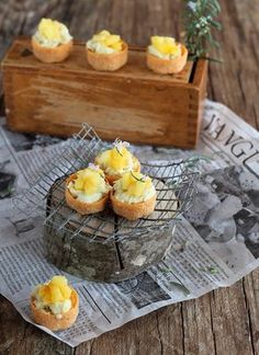 Tartaletas de brandada de bacalao con manzana Little tarts with cod fish and apples. Tapas Recipes, Raw Food Recipes, Cooking Recipes, No Cook Appetizers, Party Sandwiches, Tasty, Yummy Food, Mini Foods, Party Snacks