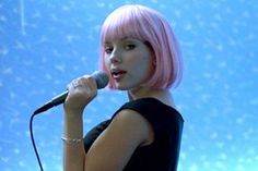 Scarlett Johansson in Lost in Translation by Sofia Coppola Scarlett Johansson Sing, Scarlett Johansson Hairstyle, Christina Milian, Karaoke, Lost In Translation Movie, Sofia Coppola Movies, Jackie Brown, Pink Wig, New Bands