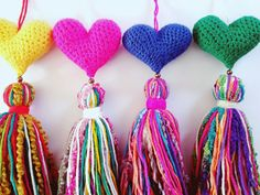 COLGANTE LOVE Love Crochet, Knit Crochet, Crochet Keychain, Crochet Purses, Baby Room Decor, Crafty Craft, Crochet Accessories, Suncatchers, Tassels