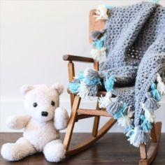 DIY Tassel Edged Throw #darbysmart #diy #diyprojects #diyideas #artsandcrafts #blanket #knit #crochet #yarn #tassels #vstitch #babyblanket
