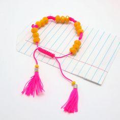 Armband Handy Neon gelb und pink.  NOI home & fashion | Colour up your life- mit diesem farbenfrohen Armband Hanna- gelb in Kombination mit pink- auffallend schön! Lustige Miniquasten baumeln am Ende bei jeder Bewegung mit.#NOIhamburg #armband #troddeln #fashion #girlstyle #schmuck