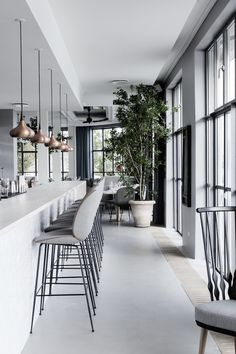 In today's post, Design Build Ideas presents 10 decor ideas to steal from the world's most stylish restaurants. Veranda Restaurant, Deco Restaurant, Restaurant Design, Design Hotel, Modern Restaurant, Restaurant Chairs, Küchen Design, Deco Design, Cafe Design