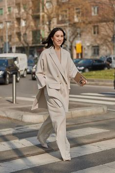 Autumn work outfit inspiration for the career women looking for wardrobe solutions and style inspiration. See the Latest Milan Fashion Week Street Style Fall 2019 Street Style Outfits, Milan Fashion Week Street Style, Look Street Style, Milan Fashion Weeks, Autumn Street Style, Cool Street Fashion, Style Fashion, Womens Fashion, Fashion Styles