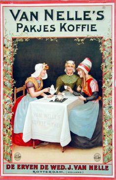 Reclame voor verpakte koffie van Van Nelle. De vrouw links draagt protestantse kleding uit Zuid-Beveland. De vrouw in het midden draagt de kleding van een gehuwde Westfriese. De vrouw aan de rechterkant draagt kleding uit Marken. Affiche:1900