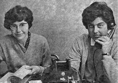 Twee vrijwilligsters aan de telefoon in 1965. Het aantal instellingen voor maatschappelijke dienstverlening zijn in deze jaren nog beperkt. Daardoor komen veel mensen via de Telefonische Hulpdienst bij vrijwilligers aan huis. Bijvoorbeeld daklozen of mishandelde vrouwen vonden zo tijdelijk onderdak. Na de oprichting van opvangtehuizen, bleef de Telefonische Hulpdienst nog lang een voorportaal.