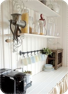 Une cuisine vintage hang coffee cups idea + use wine glasses for water and hang with under mount glass golder Country Kitchen, New Kitchen, Kitchen Dining, Kitchen Decor, Kitchen Ideas, Kitchen Nook, Kitchen Small, Kitchen Pantry, Kitchen Island