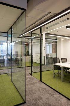 Neukkareiden eri lattiamateriaali rajaa tilaa kivasti, vaikka seinät on lasia.