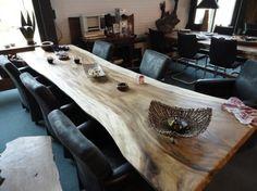 Een boomstam tafel is geweldig om te hebben in je huis. Niet alleen is het een tafel die je niet.. Slab Table, Wooden Dining Tables, Dinning Table, Patio Table, Table And Chairs, Small House Design, Farmhouse Table, Apartment Design, Bali