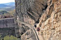 Embalse de Pontón de la Oliva Mount Rushmore, Travel Tips, Tourism, Barcelona, Hiking, Stairs, Explore, Mountains, World