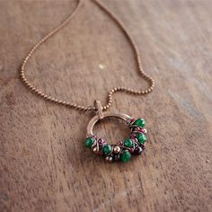 Round necklace in red and green - Simple jewelry- Copper - Wire jewelry - Emerald - Brown  €22.37 EU