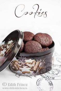 Biscuiti cu cacao si gem de zmeura -i must try :D Jam Cookies, Galletas Cookies, Cacao Powder Benefits, Whole Wheat Cookies, Protein, Breakfast Dessert, Desert Recipes, Chocolate Cookies, Baking Ingredients