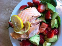Lunch - Baked salmon, spinach, strawberries, avacado and the juice of one lemon. Easy-peasy!