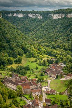 Village de Baume-les-Messieurs, au creux de sa reculée | Plus beaux Villages de France | Jura, France | #JuraTourisme