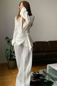 Alice Wang wears: Marlowe suit in Oslo, Rat & Boa @ itsalexwang #suiting #relaxed #soft #feminine #fashioninspo Look Fashion, Fashion Outfits, Fashion Design, Fashion Trends, Elegant Outfit, Elegant Dresses, Classy Outfits, Stylish Outfits, Looks Dark