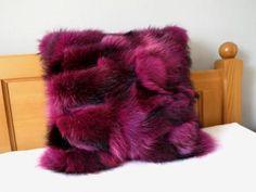 Designový růžový polštář z pravé kožešiny do luxusních interiérů. K dostání u nás v eshopu. #shoponline #spongr #kuzedeluxe #kozesinovy #polstar #pillow #fur #real #prava #kozesina Blanket, Design, Rug, Blankets, Cover, Comforters, Quilt
