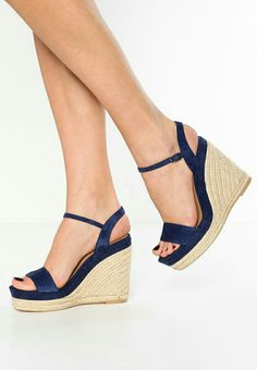 White Wedge Sandals, Wedge Shoes, Cute Shoes Heels, Shoe Boots, How To Make Shoes, Girls Sandals, Womens Shoes Wedges, Summer Shoes, High Heels