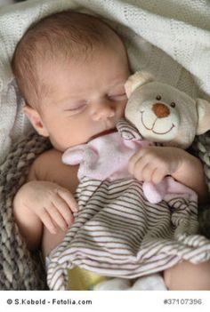 Baby wickeln - gewusst wie! Mein Baby richtig wickeln Im Mittelpunkt der täglichen Pflege steht das mehrmalige Wickeln, denn die Babys sind noch nicht in der Lage ihre Ausscheidungen zu kontrollieren. Neugeborene müssen täglich sieben- bis achtmal eine neue Windel erhalten.