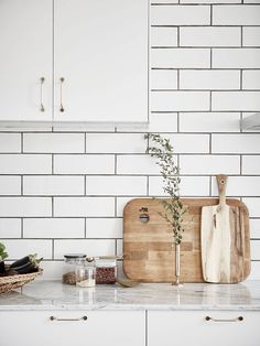 Whether your kitchen is modern or traditional look, there is an endless option for your kitchen backsplash ideas to match it. The kitchen backsplash is a must, functionally and aesthetically Home Decor Online, Cheap Home Decor, Home Interior, Kitchen Interior, Interior Modern, Apartment Kitchen, Cocinas Kitchen, House Ideas, Decoration Inspiration