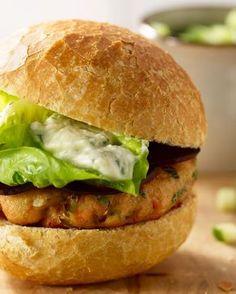 Wie zegt dat hamburgers ongezond zijn? Deze zalmburgers met lichte dressing, rode biet en komkommer zijn een verrassend lichte variatie!