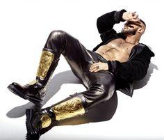 Voglio quegli anfibiiiii!!! Uff ho trovato che sono di Versace, ma sembrano irreperibili :'( Francois Sagat by Mario Gomez for Maxim Italy