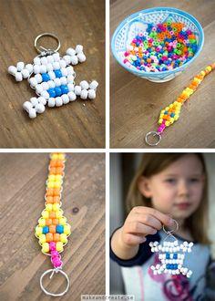 Nyckelringar av pärlor hos Make & Create Pony Bead Patterns, Beading Patterns, Pony Bead Crafts, Pirate Crafts, Arts And Crafts, Diy Crafts, Beaded Animals, Kids Jewelry, Pony Beads
