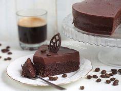 Вкусный, полезный, легкий и очень шоколадный торт с кофейным ароматом. Нижний слой - это шоколадный бисквит с кофейной пропиткой, а верхний - нежный шоколадный мусс. В общем, сплошное удовольствие.&nb