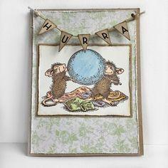 """Håndlaget bursdagskort med stemplet og håndmalt motiv av mus og ballonger, pyntet med en vimpel med """"Hurra""""."""
