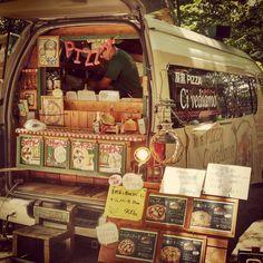 Solo in #Giappone più trovare un furgoncino che vende #pizza con all'interno un forno a legna! #Japan #travel #viaggio #amazing #YouTube #vlog #travelblogger #travelvlogger #kyoto #pornfood #Food #japanfood #cibo #streetfood