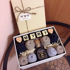 Подарок мужу мужская коробочка счастья, состав: надпись из конфет (бельгийский шоколад), 2 конфеты в виде сердечек, мини бутылочка кофейного ликера, 4 пары носков