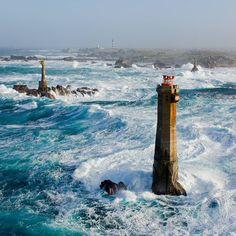 Le Phare du Nividic au Finistère en Bretagne. Cette photo dégage quelque chose d'impressionnant; la nature qui se déchaîne, ces couleurs sublimes... Ça donne envie de découvrir la #Bretagne ! #france