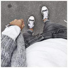 Gros gilet gris (June Brussels), jean gris-noir délavé, chemise ou top blanc…