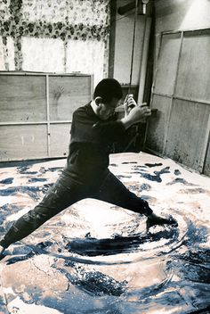Kazuo Shiraga (1924–2008), peinture avec les pieds, painting with feet in his art studio #workspace in Amagasaki, Japan, 1956. #performanceart #arthistory
