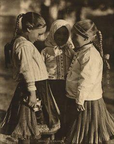 Nyolcvan év divatja a Pesti Naplóból. Folk Dance, Folk Costume, Fashion History, Art And Architecture, Hungary, Nostalgia, The Past, Old Things, Latte
