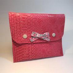 Trousse pochette plate à rabat en simili cuir reptile rose, intérieur en coton à fleurs roses