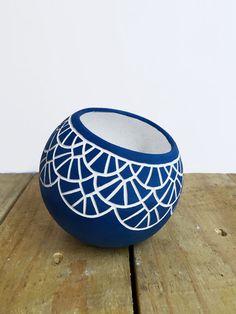Painted Plant Pots, Painted Flower Pots, Pottery Painting Designs, Pottery Designs, Glass Bottle Crafts, Bottle Art, Jar Art, Blue Pottery, Coconut Shell